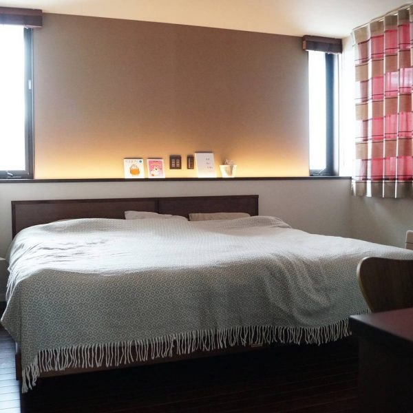 腰壁&間接照明がおしゃれなベッドルーム