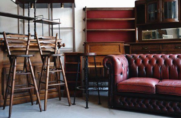 使い込んだ古い素材感の家具を配置