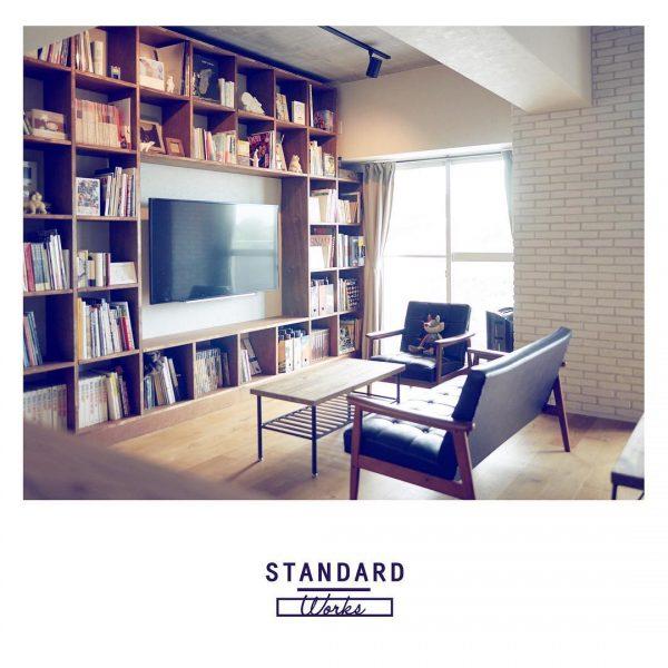 壁面いっぱいの本棚とソファーの読書スペース