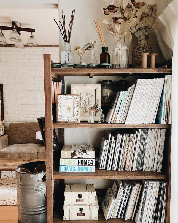 狭い部屋の空間を間仕切る本棚