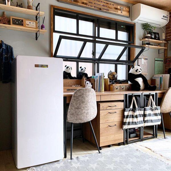 窓側に配置した机で広々使える8畳の子供部屋