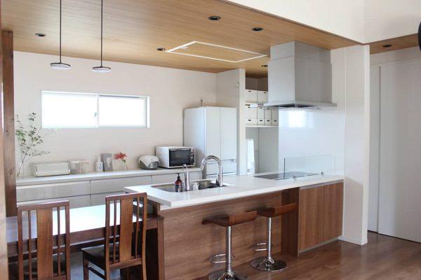 オープンキッチンで明るい空間に