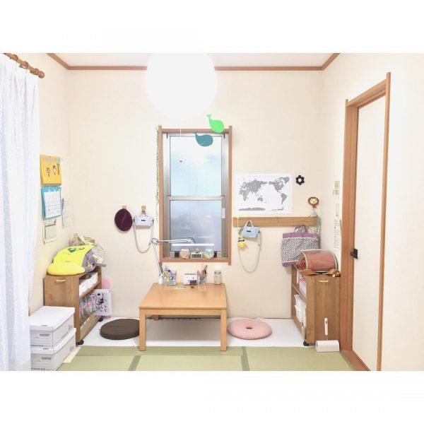 小さめの机が可愛らしい8畳の子供部屋アイデア
