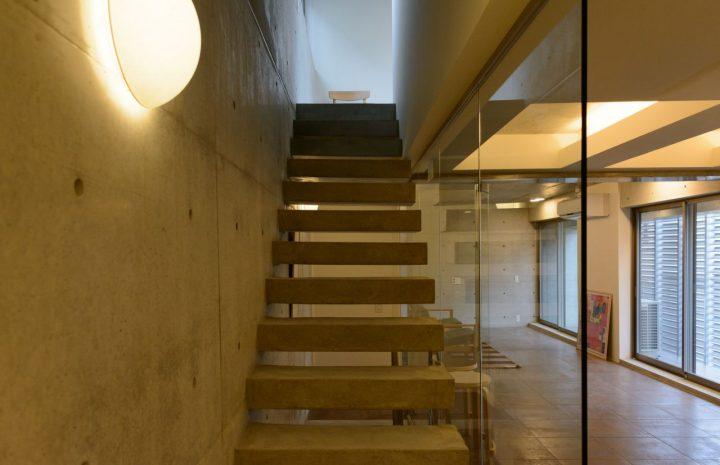 モダンな雰囲気の片持ち階段デザイン