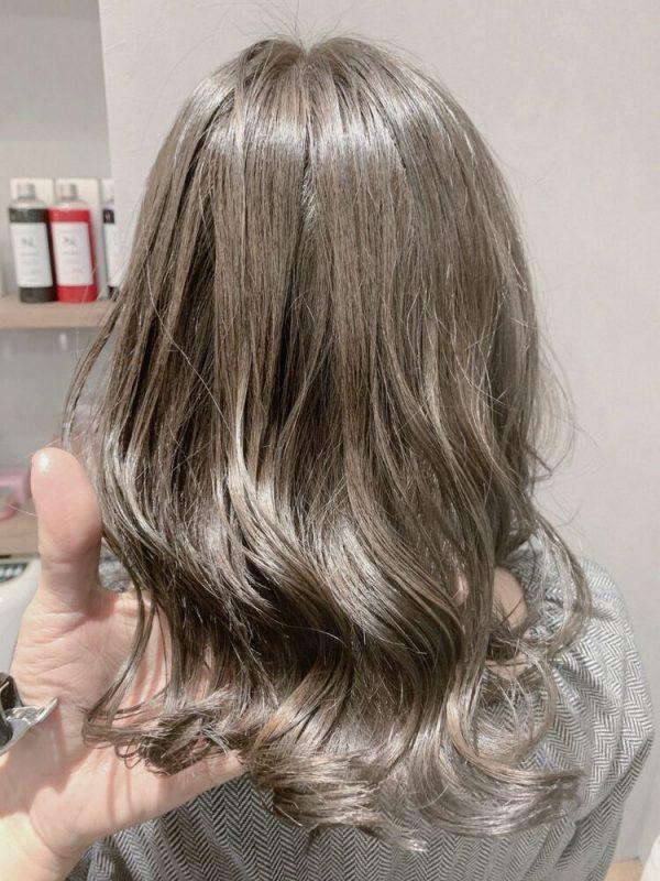 明るめのオリーブ系の髪色