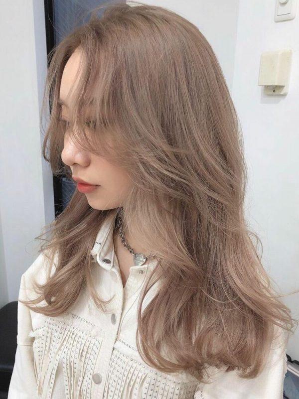 やわらかいピンク系ベージュの髪色
