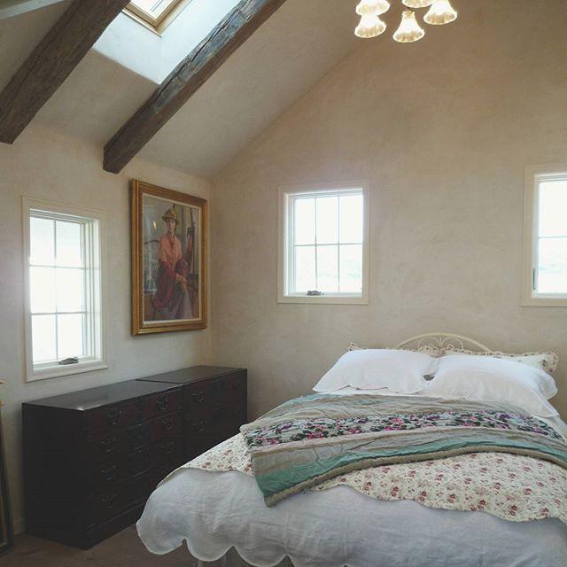 絵画を飾るおしゃれな寝室実例