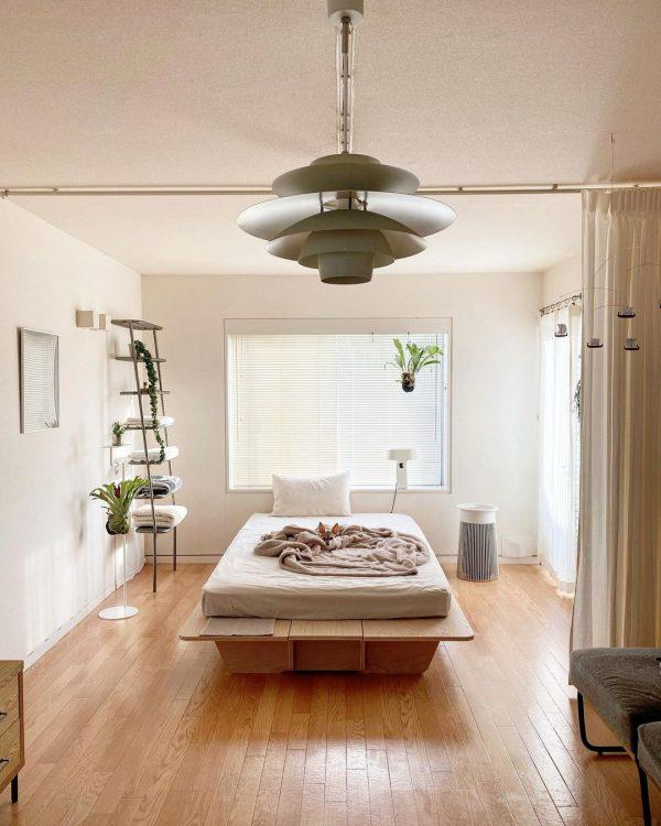 中央にベッドを置いたシンプルな配置実例