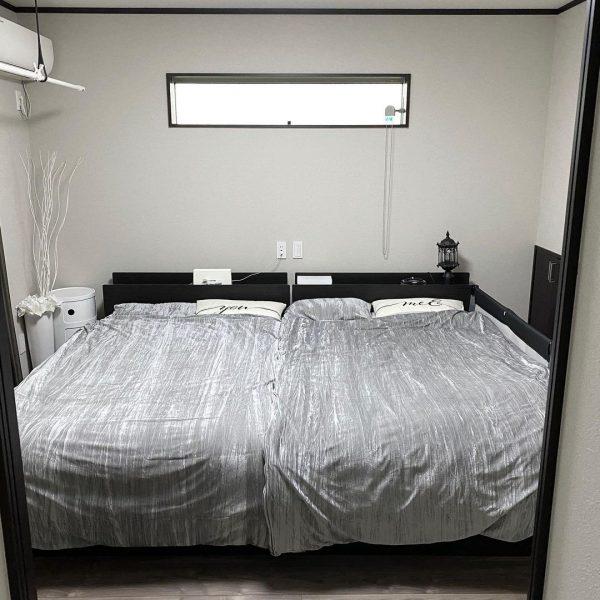 黒いベッドを主役にした寝室の配置実例