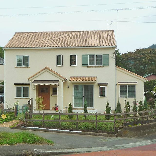 オレンジの屋根が可愛い家の外観