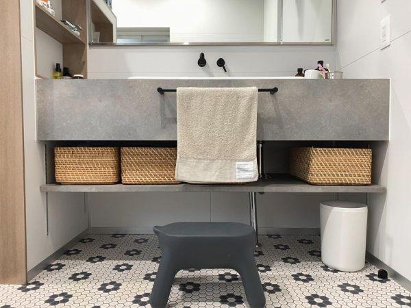 床がおしゃれな洗面所