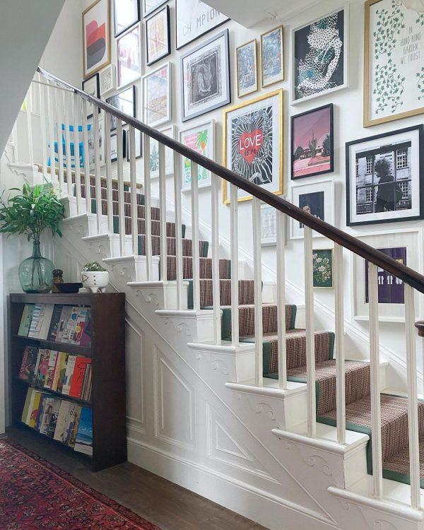 階段スペースが楽しくなるウォールデコレーション