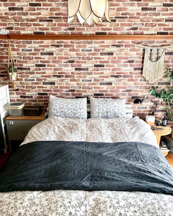 レンガ風の壁と合わせる寝室レイアウト