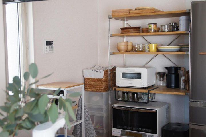 圧迫感のない食器棚上の収納アイデア