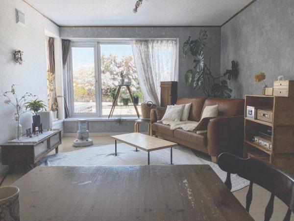 大きなソファを角に置くインテリア