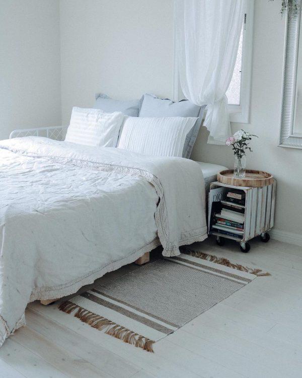 白をベースにする寝室レイアウト