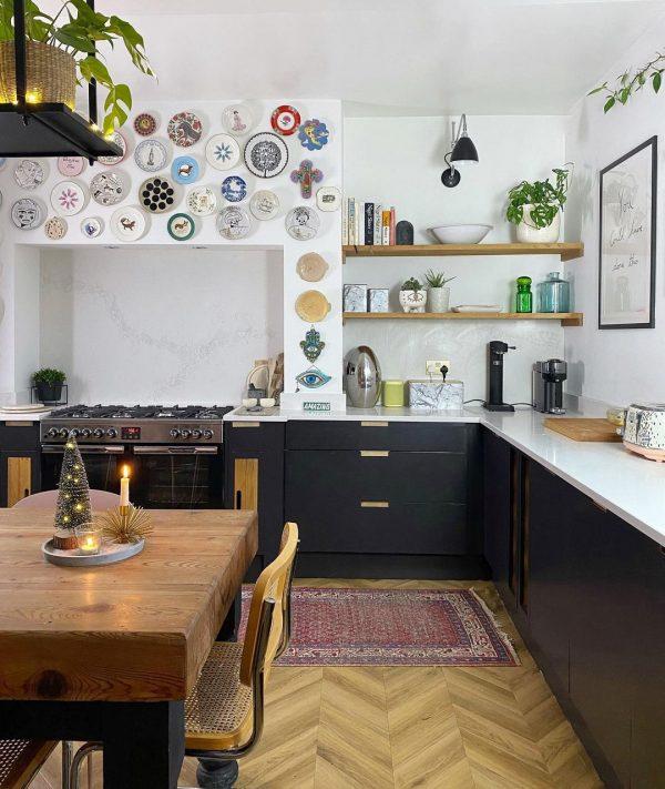 印象的なお皿がキッチンのウォールデコレーションに
