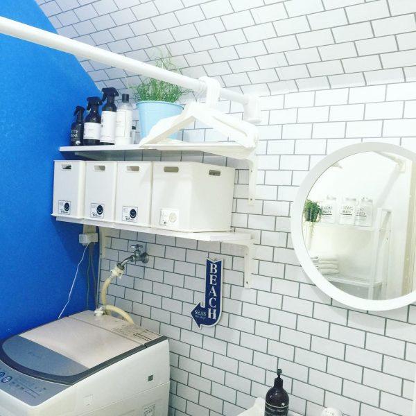 ブルーの壁が爽やかなランドリールーム