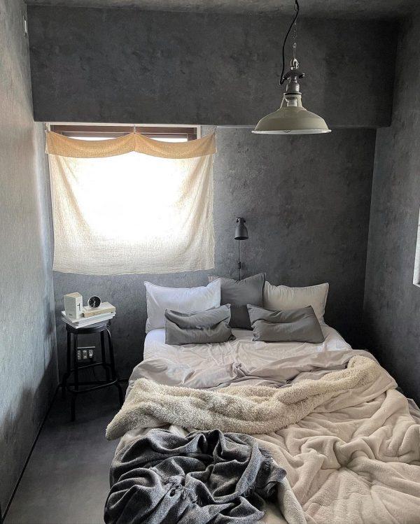 グレーの壁で落ち着く寝室レイアウト