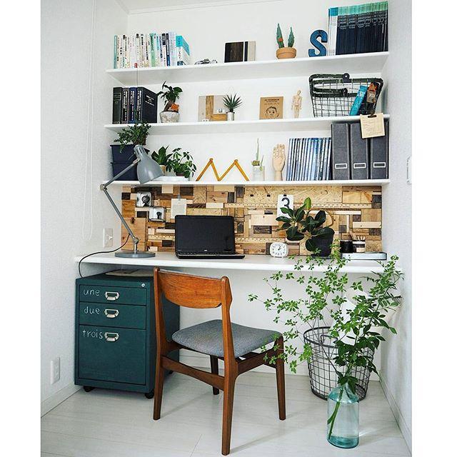 壁面の本棚と机を書斎スペースにするアイデア