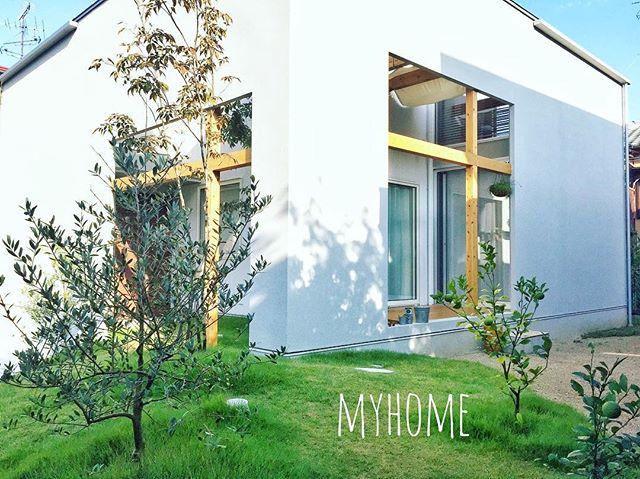 ナチュラルな木材で装飾した家の外観