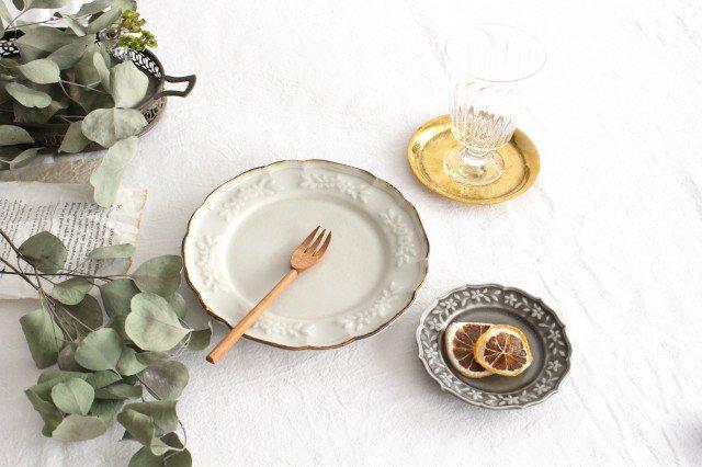 阿部慎太朗さんの花柄リムレリーフ皿