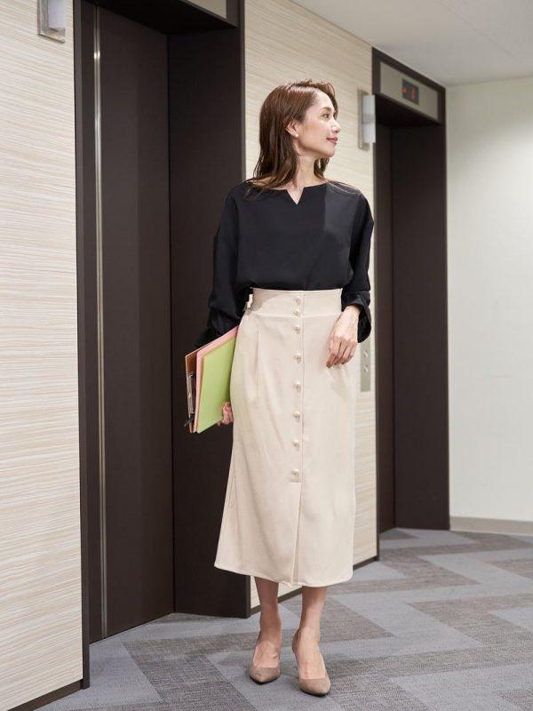 ミモレ丈のナロースカート×黒ブラウス