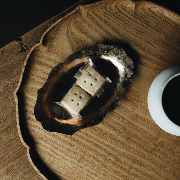 山田憲栄さんの真鍮花リム楕円皿