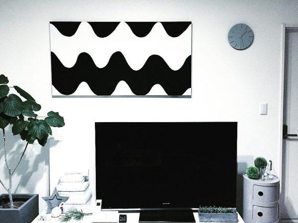 テレビ周りのモノトーン掛け時計の位置