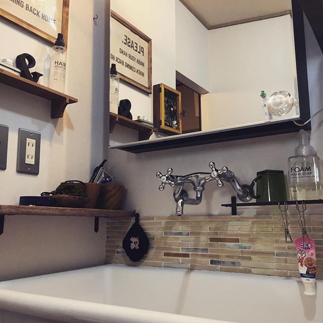 ブラウンのタイルで落ち着いた洗面所