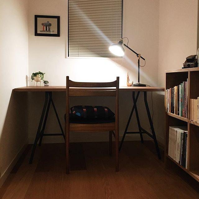 机と本棚をL字に配置した2畳書斎レイアウト