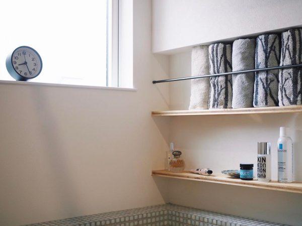 洗面台横のニッチなタオル収納アイデア