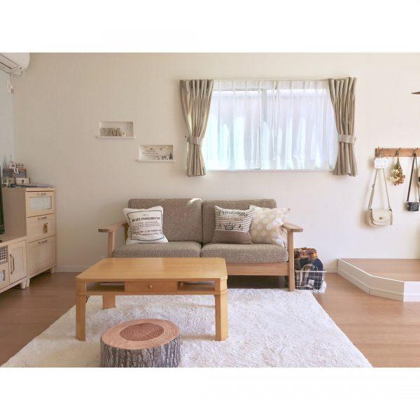 腰窓に穏やかな癒しのソファ空間