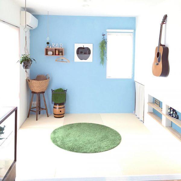 セルフペイントの部屋にグリーンの円形ラグ