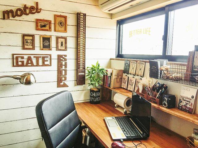 窓の下に机を置いた2畳書斎レイアウト