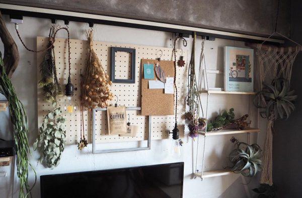 テレビ上の壁におしゃれな棚を付けたDIY