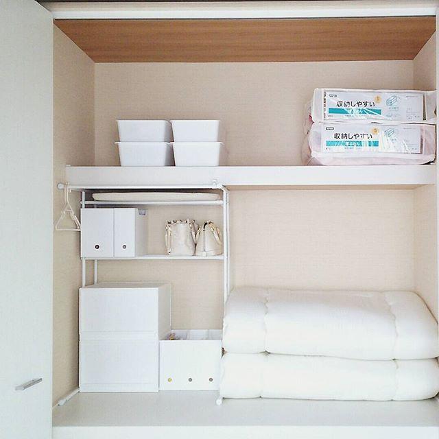 つっぱり棚で小物収納も兼ねるアイデア