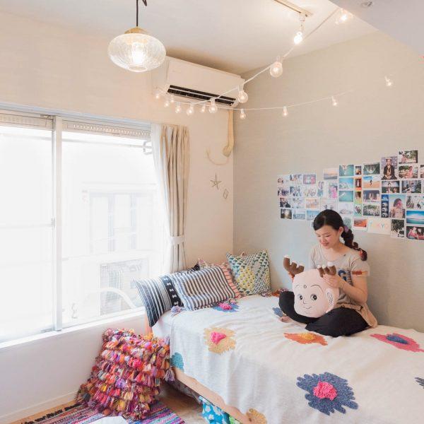 「グレー×ピンク」がベースの一人暮らしの部屋