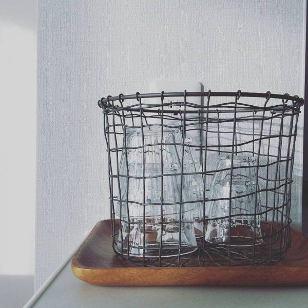 グラスを収納するワイヤーバスケット