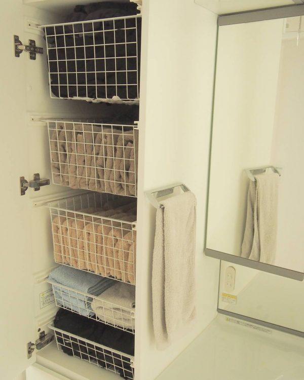 洗面台の横にカゴを使った収納アイデア