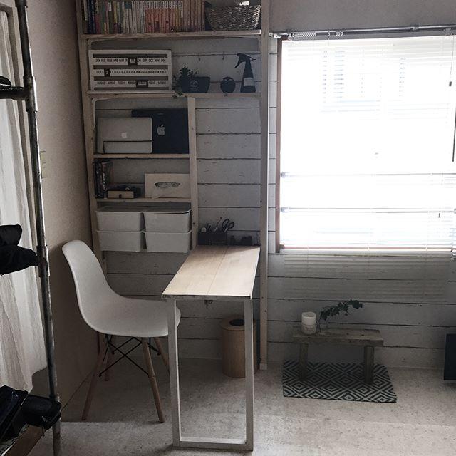 机の向きでスペースを作った3畳の書斎