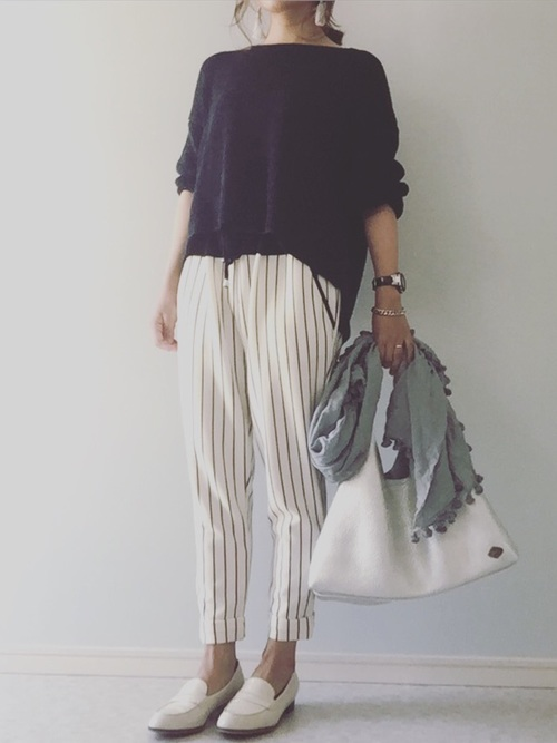 紺ニット×ストライプ柄パンツ