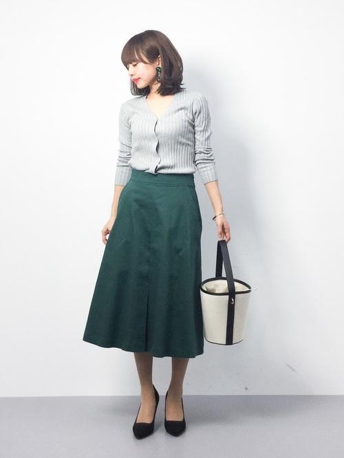 グレーカーディガン×緑スカート