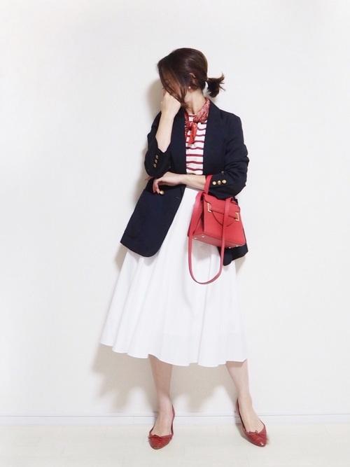 赤パンプス×白フレアスカート