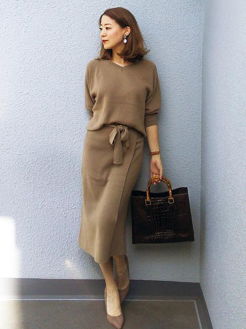 カーキニット×ミモレ丈スカートの秋の服装