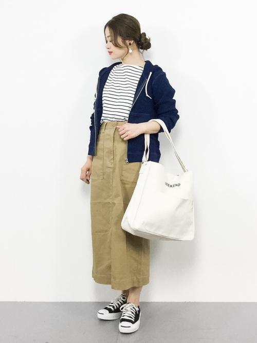 紺パーカー×ベージュタイトスカート