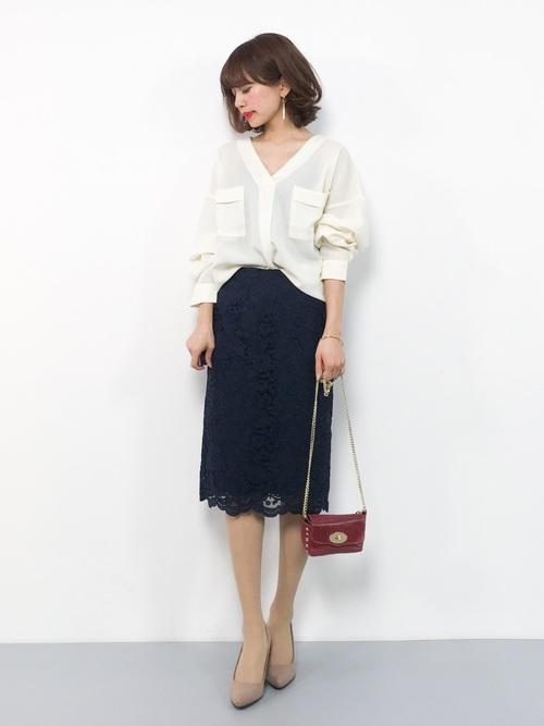 白シャツ×レースタイトスカートの春の服装