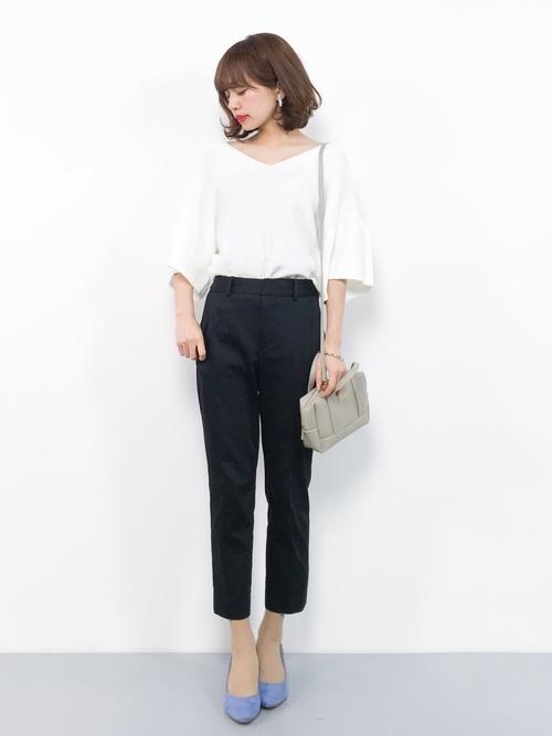 白ブラウス×テーパードパンツの春の服装