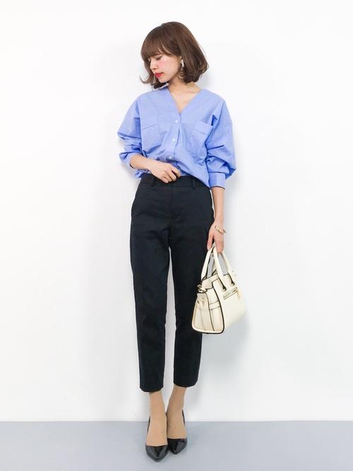 青Vネックシャツ×黒パンツ