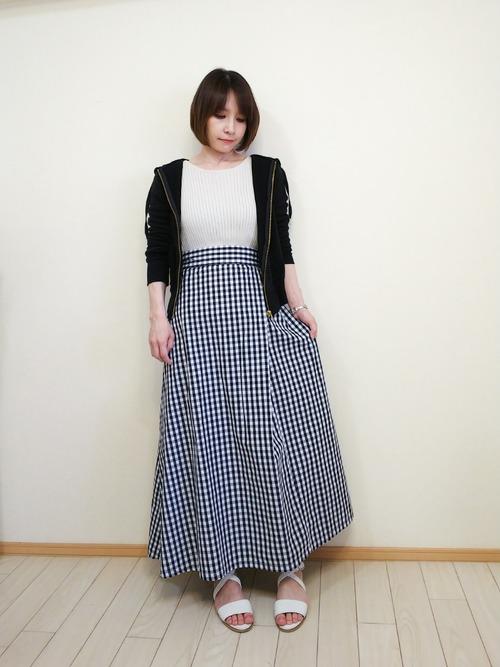 黒パーカー×チェック柄スカート